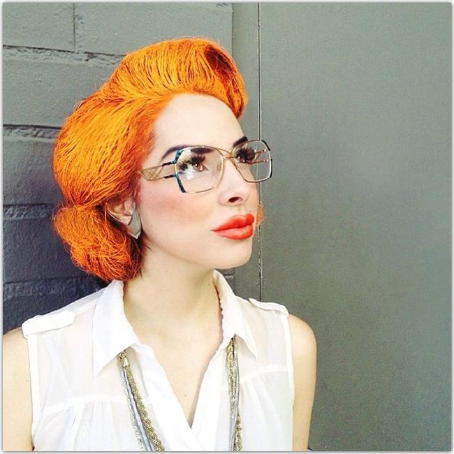 femme au look vintage qui porte des lunettes
