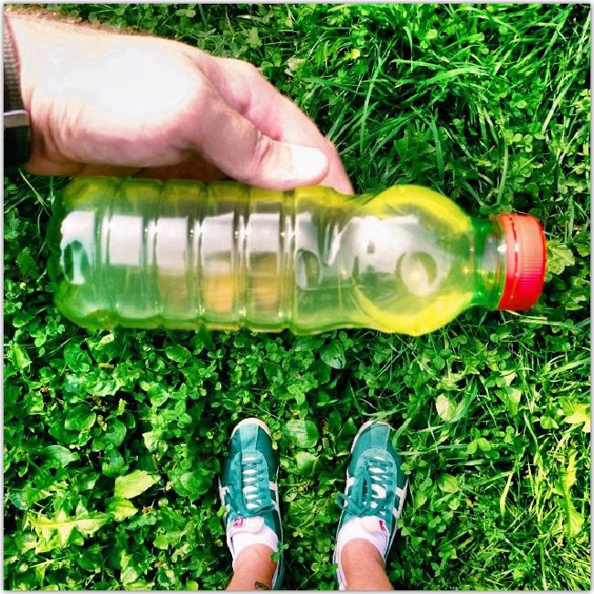 pasha4dust tient une bouteille assortie à ses chaussures