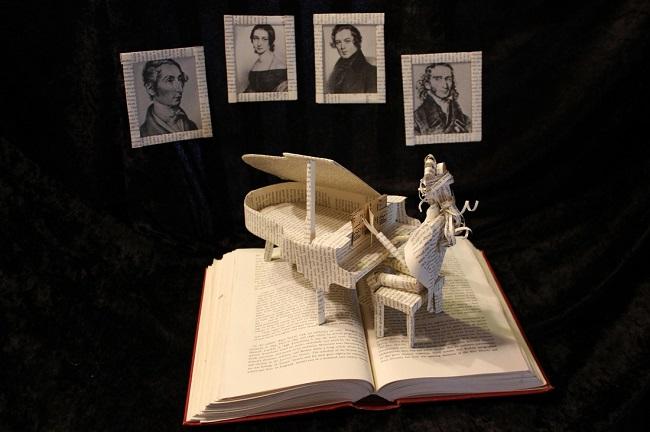 pianiste sculpté dans un livre