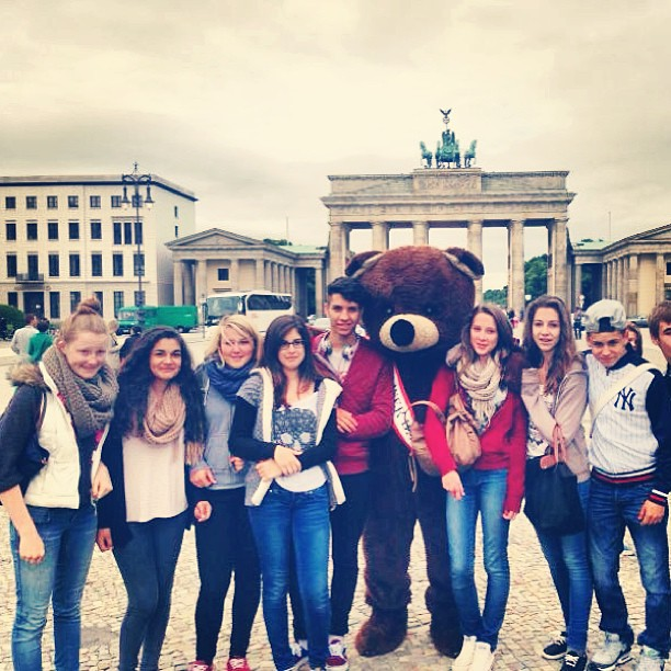 Groupe de jeunes avec un nounours au milieu à Berlin
