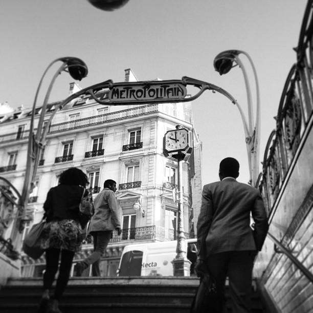 photo du métro noir et blanc