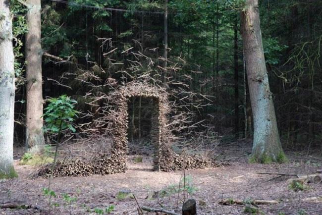 Sculpture de bois en lévitation