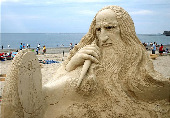 Sculpture de De Vinci dans le sable