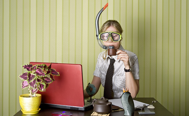 Femmedevant un PC avec un tuba dans la bouche
