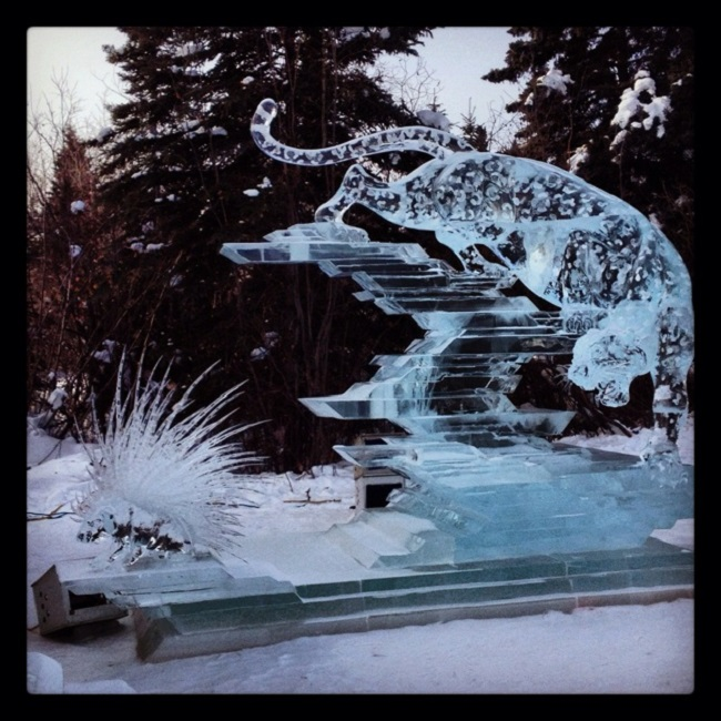 Scluture dans la glace d'une panthère et d'un hérisson. Championnat de ice art en Alaska