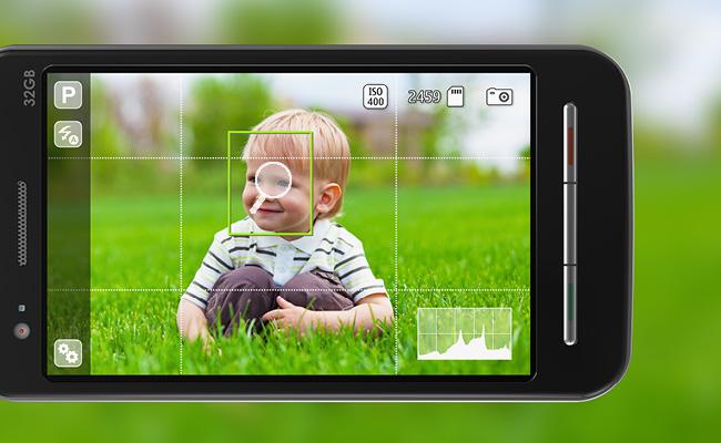 Enfant dans le cadre d'un appareil photo en mode zoom