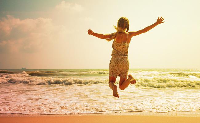 Femme qui saute au bord de la mer