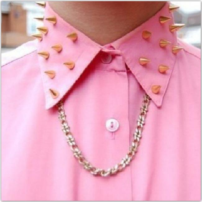 Chemise rose avec des piques dorés sur le col