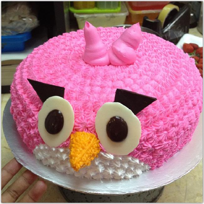 Gâteau rose en forme d'oiseau