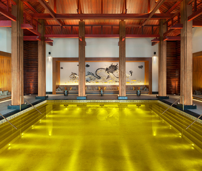 Piscine de l'hôtel St. Regis Lhasa gold-tiled, Tibet