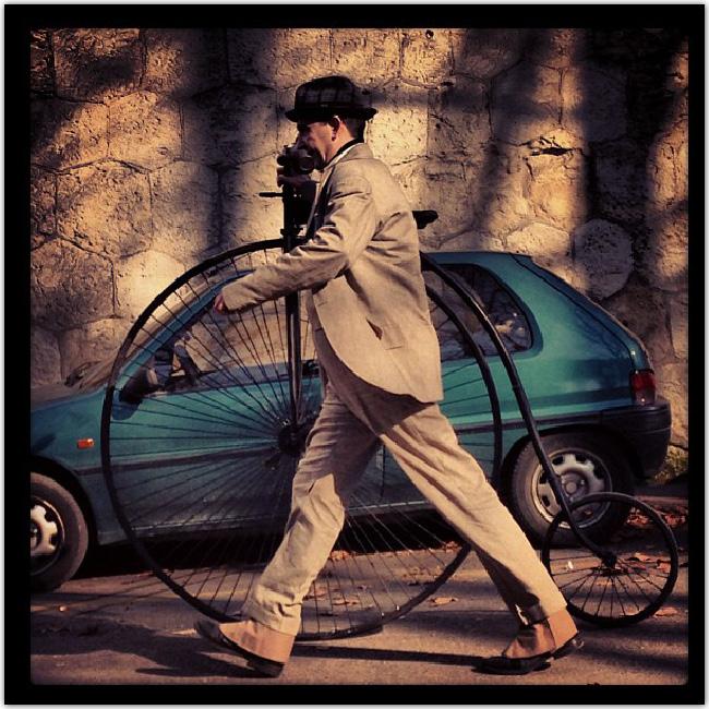 Homme dans la rue avec un monocycle