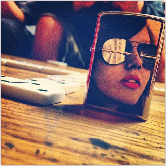 reflet d'une femme avec des Ray Ban Aviator dans un mirroir
