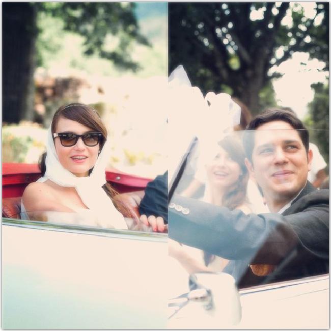 Mariés dans une voiture de luxe vintage