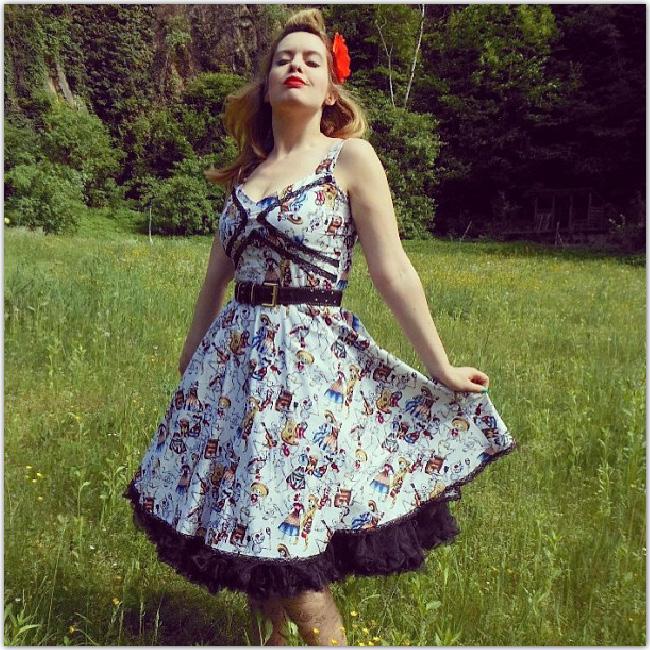 Jolie femme avec une robe colorée