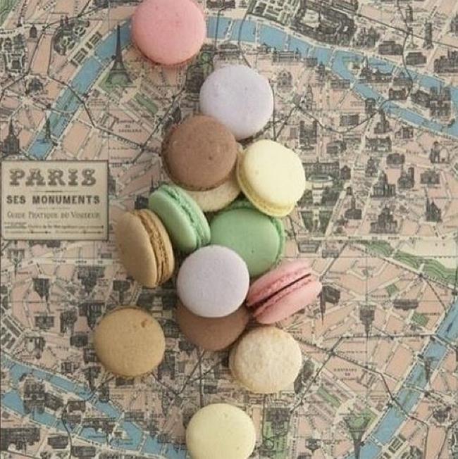 Macarons sur un plan de Paris vintage