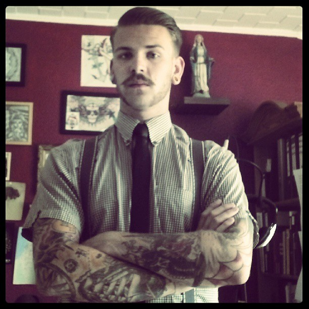 Homme d'affaires tatoué sur les bras