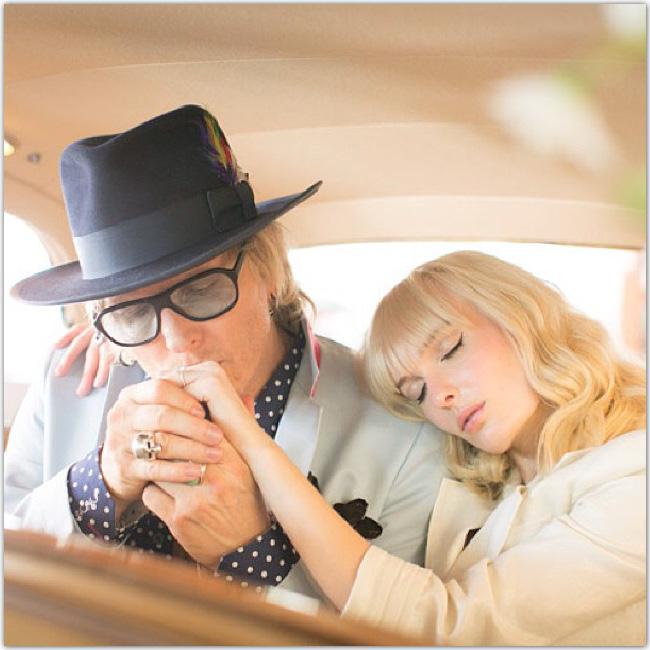 Jeune couple marié dans une voiture