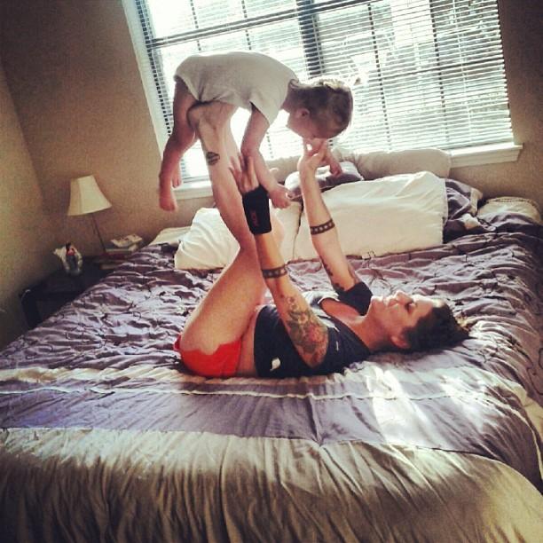 Femme qui joue avec son enfant