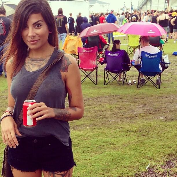 Jeune fille tatouée dans un parc