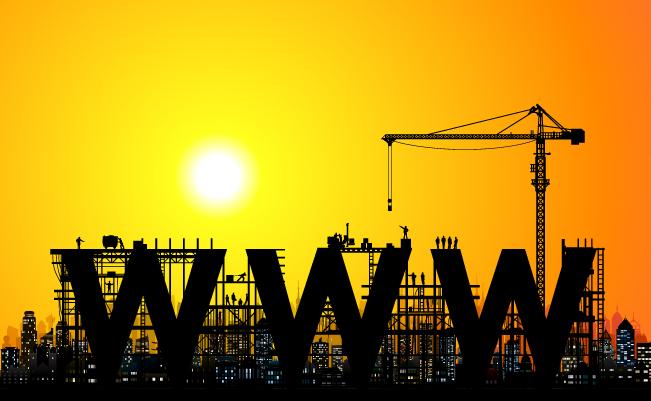 Grue sur un chantier au coucher de soleil avec écrit WWW