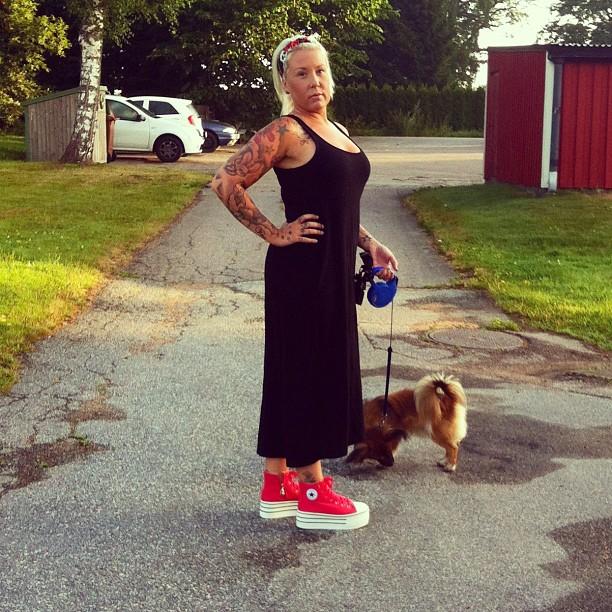 Femme tatouée avec son chien