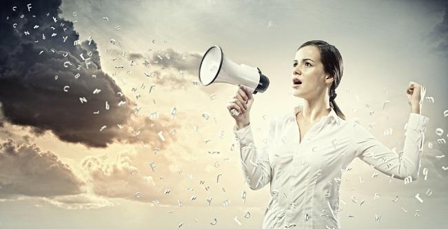 Femme qui parle dans un haut parleur