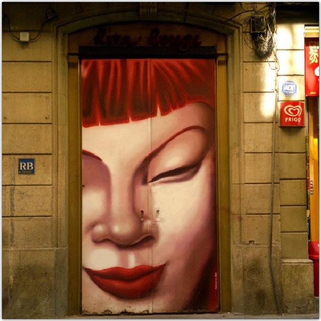 fille rousse dessinée sur une porte