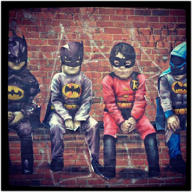 dessin sur un mur d'enfants déguisés en Batman