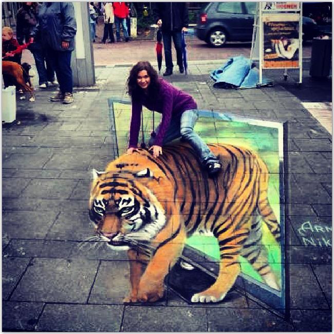 Tigre dessiné en 3 D sur sol