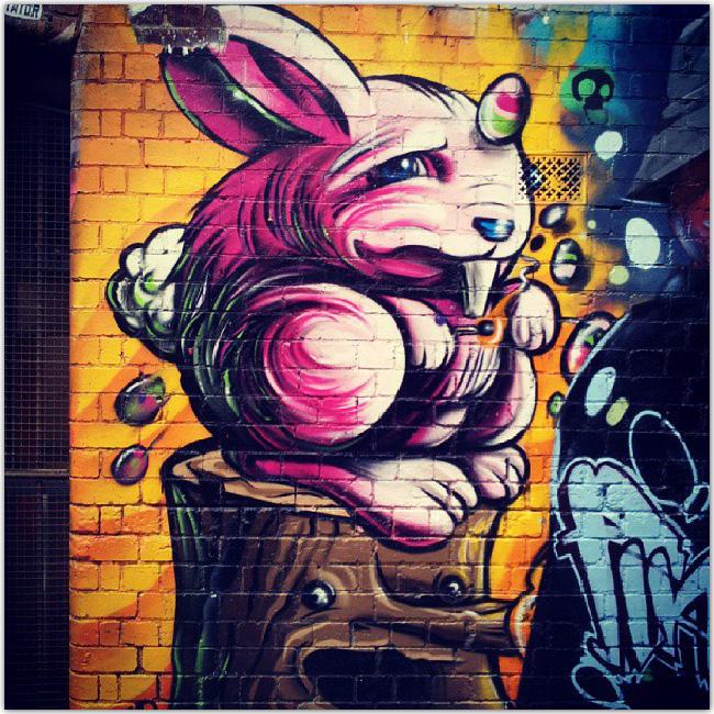 Lapin rose dessiné sur un mur