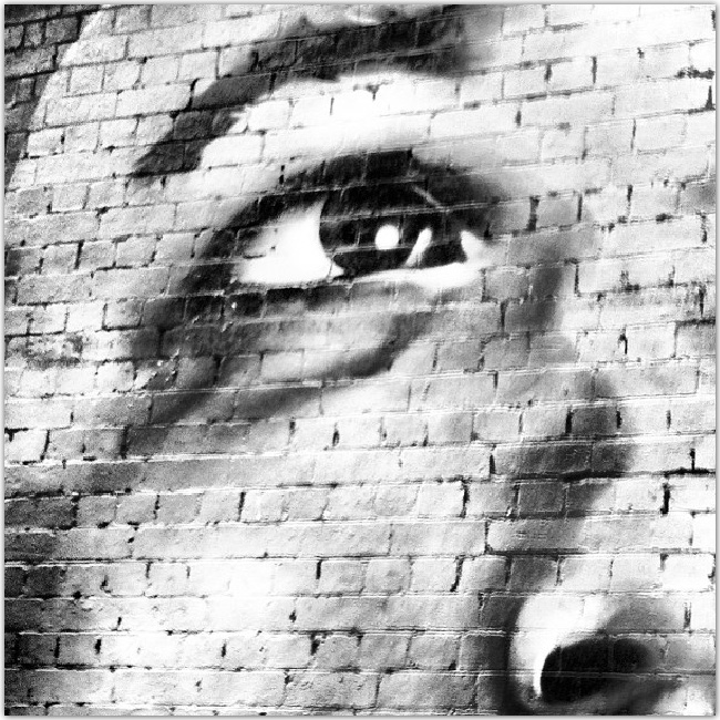 visage dessiné sur un mur