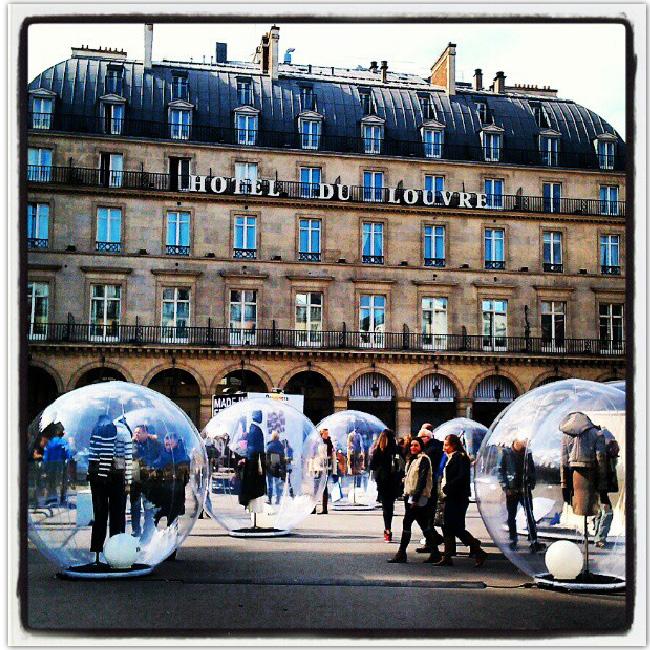 groupe de gens dans des bulles en plastique