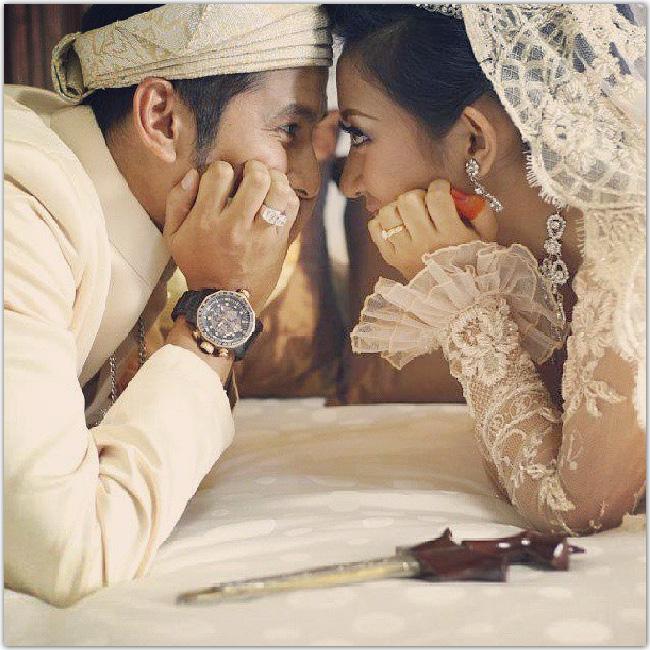Couple accoudé qui se regarde dans les yeux