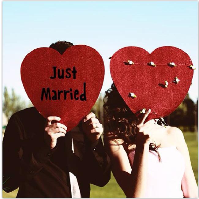 Couple qui tient des cœurs en carton