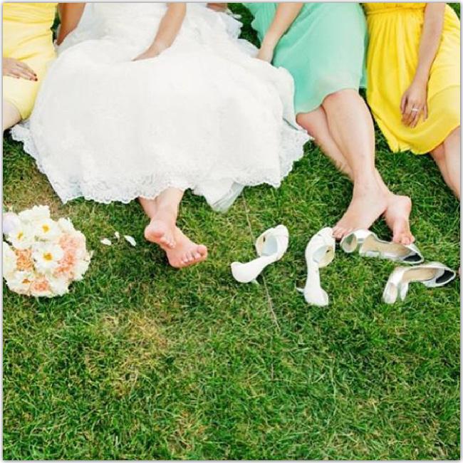 Pieds de femmes en robes sur l'herbe