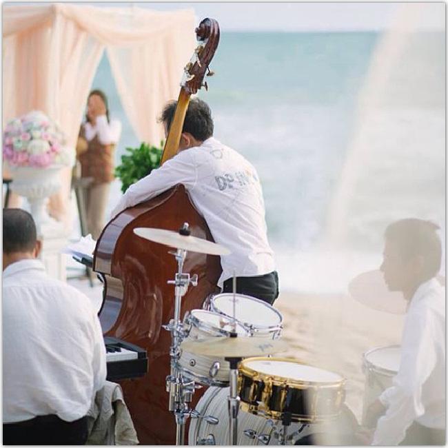 Musicien de mariage à la contrebasse