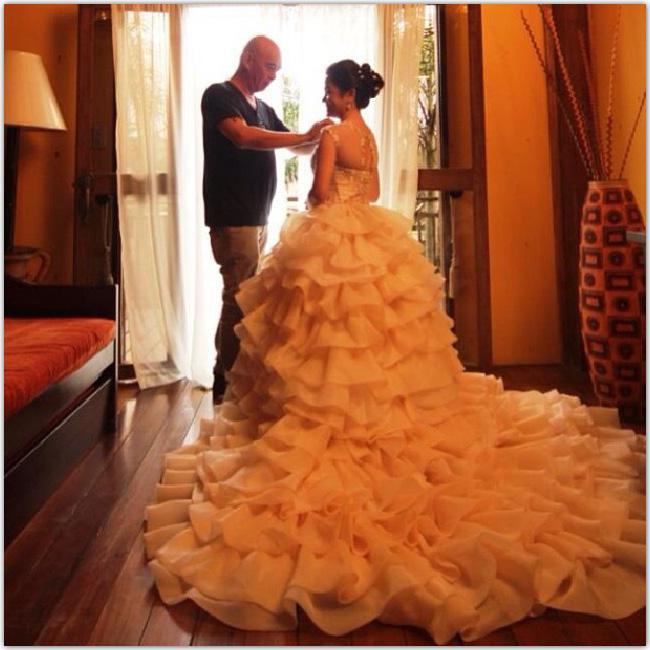 mariée avec une robe à la traîne très longue