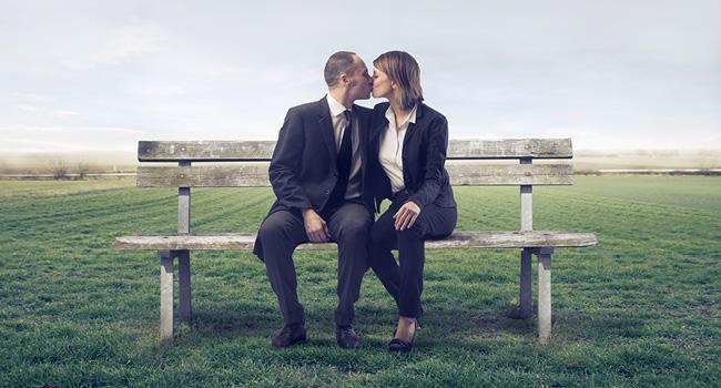 Amoureux sur un banc pulblic