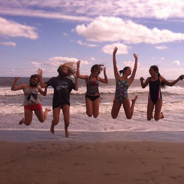 Jeunes filles qui sautent à la plage