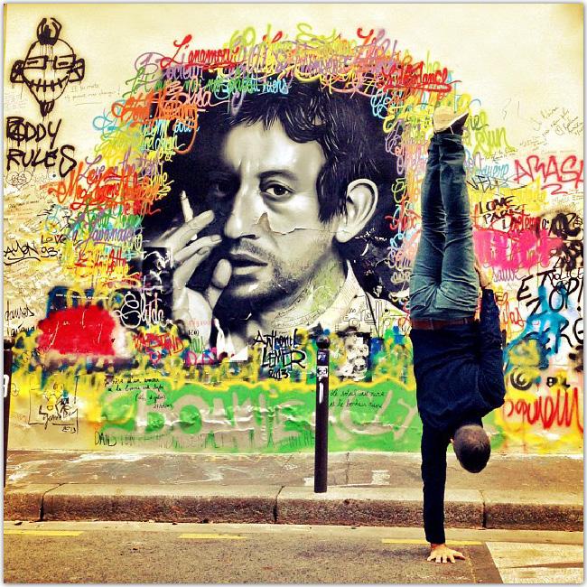 Break danser devant un mur sur lequel Gainsbourg est dessiné