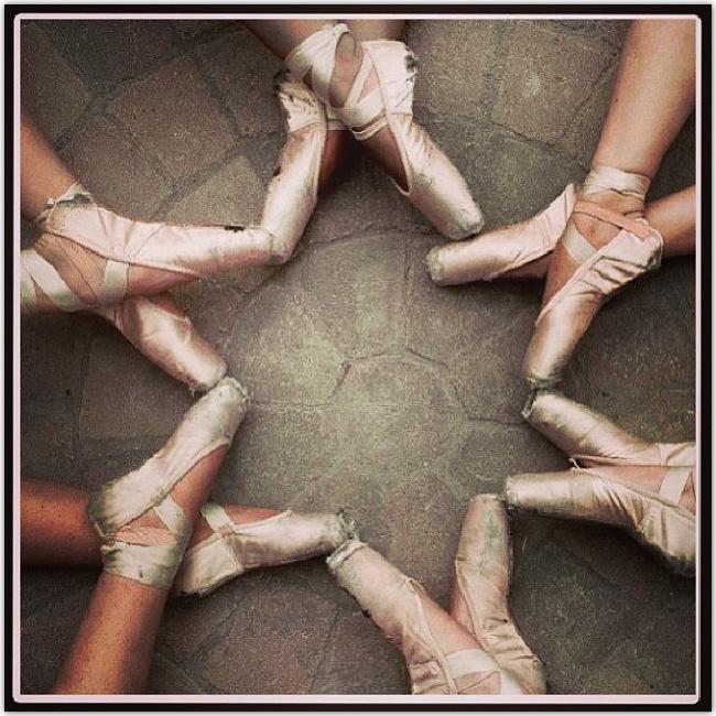 Pieds de ballerines disposés en étoile