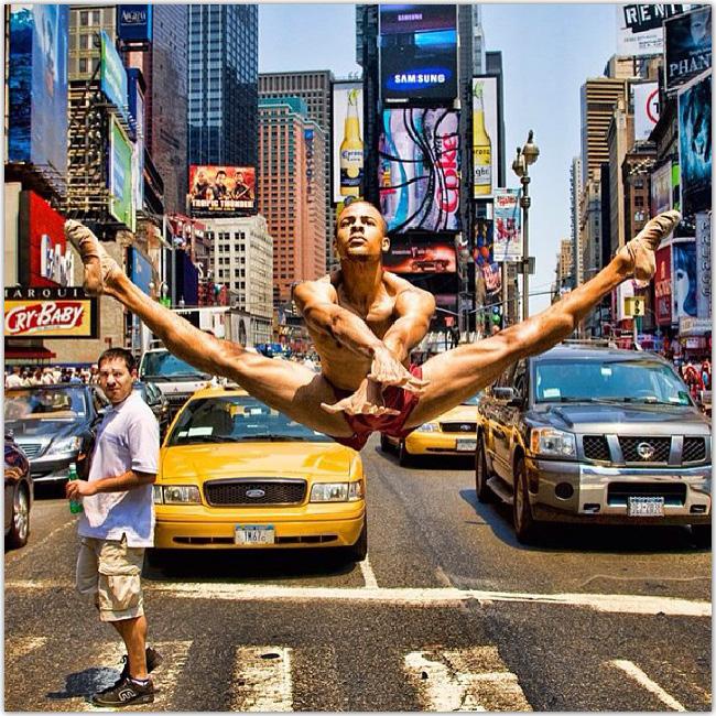 Danseur qui fait le grand écart en l'air dans la rue à New York