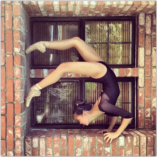 Gymnaste dans une fenêtre