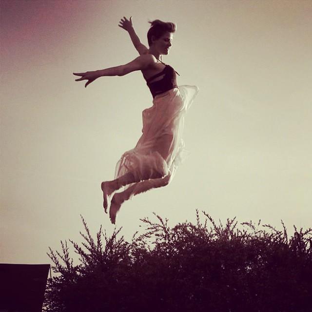 Femme qui saute dans un champ