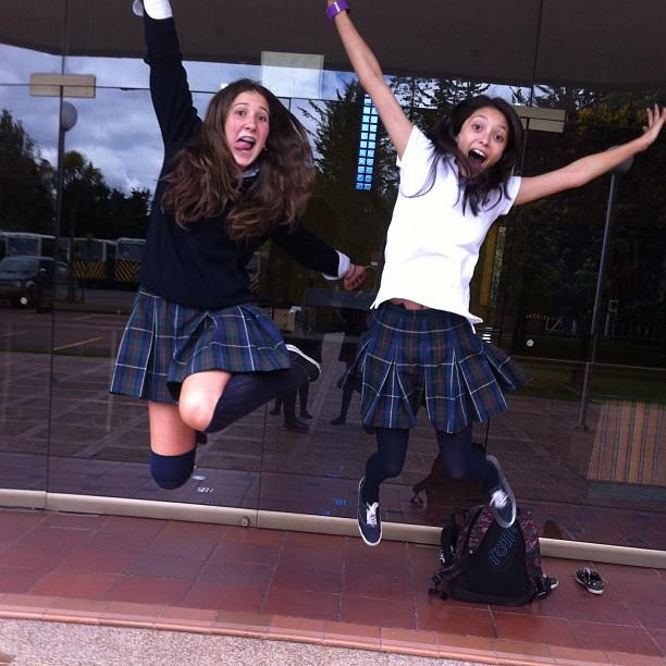écolières qui sautent de joie