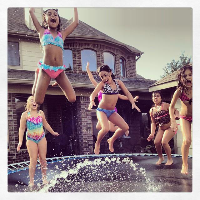 Jeunes filles qui sautent dans une piscine