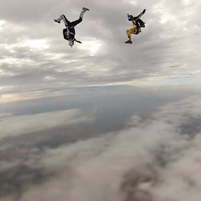 Deux personnes en chute libre