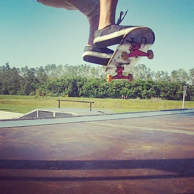 Skateur en plein saut