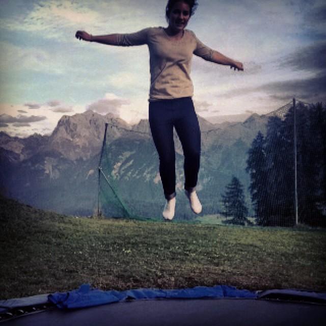 Fille qui saute sur un trampoline
