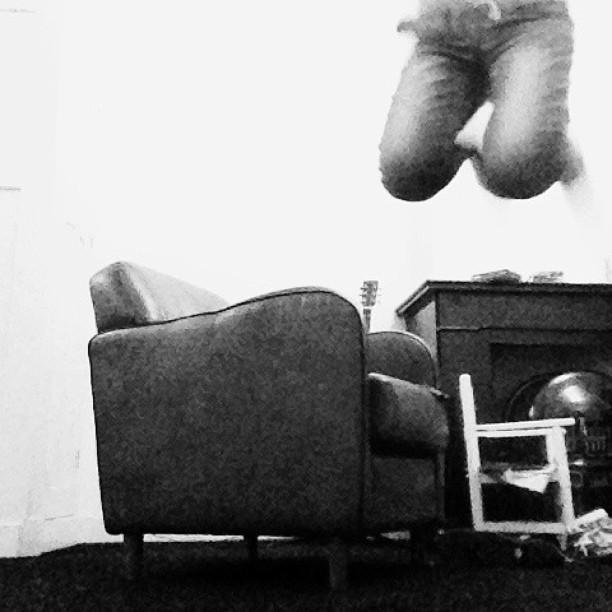 Fille qui saute de son canapé
